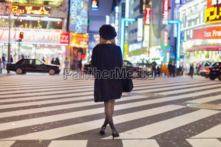 mulher solitaria em shinjuku tokyo japao