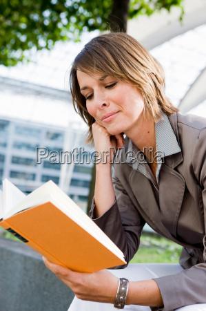 frau, sitzt, im, freien, lesen, buch - 18304494