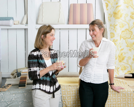 2 women discussing project
