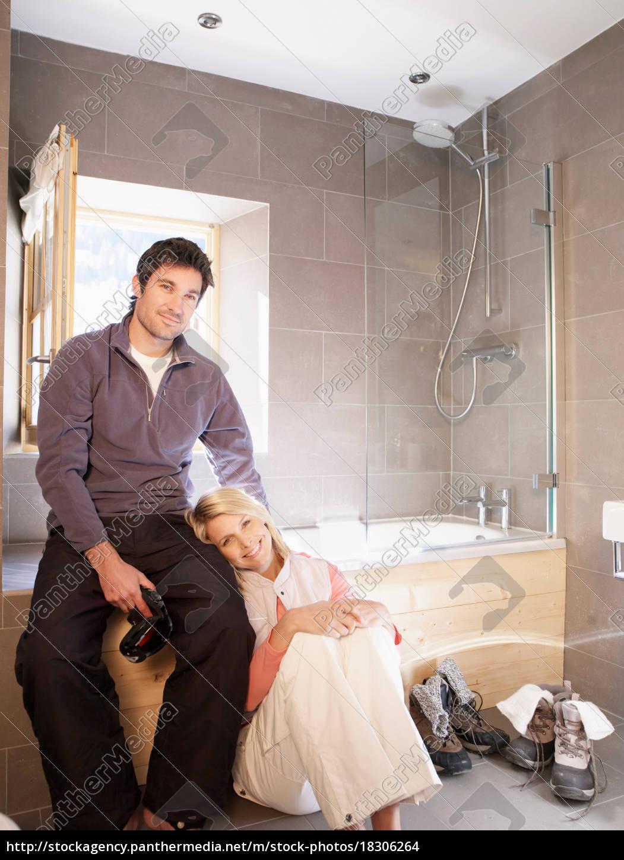 frau, und, mann, im, chalet, badezimmer - 18306264