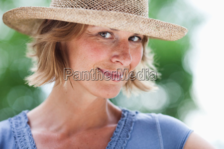 woman with hat looking at viewer