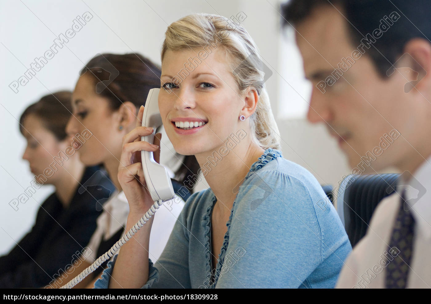 ein, business-frau, am, telefon, lächeln - 18309928