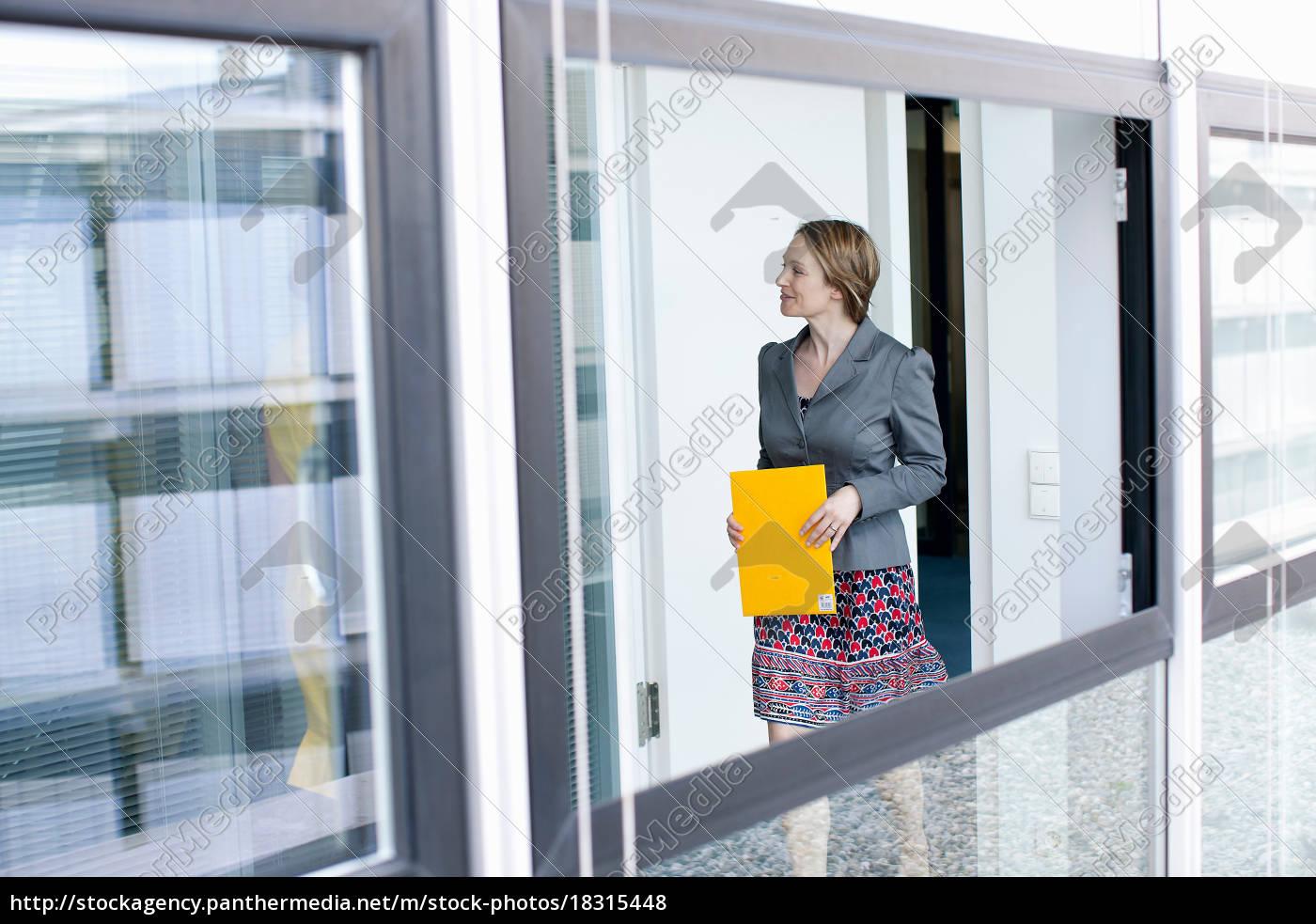 geschäftsfrau, mit, ordner, im, büro - 18315448