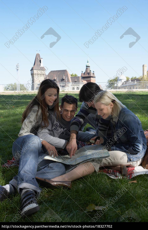 vier, personen, in, einem, park, mit - 18327702