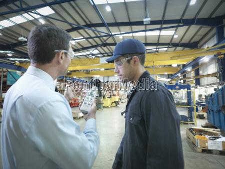 buero und fabrikarbeiter ueberpruefen lautstaerke im