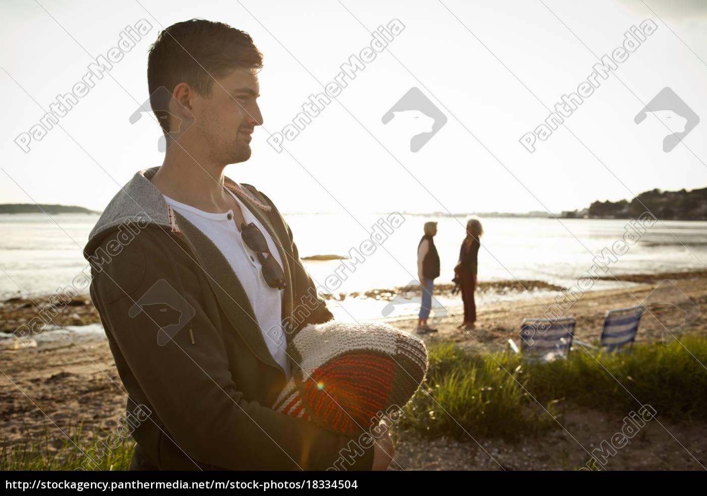 junger, mann, hält, decke, am, strand - 18334504