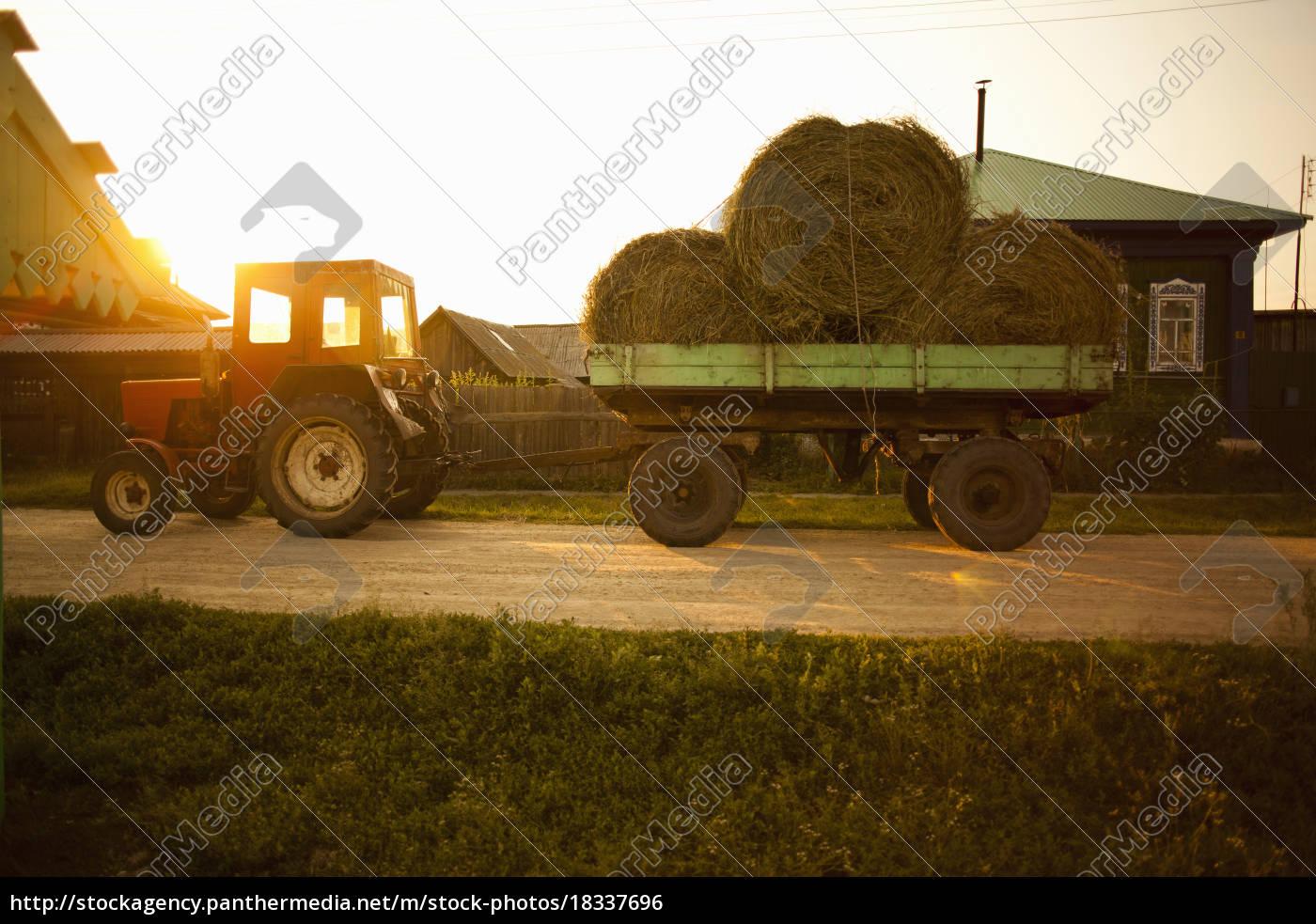wagon, load, of, bales, of, hay, - 18337696