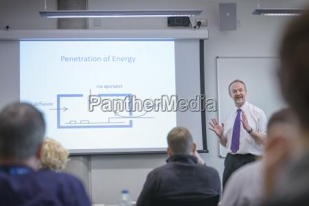 seminar konferenzraum bildung ausbildung bildungswesen maennlich