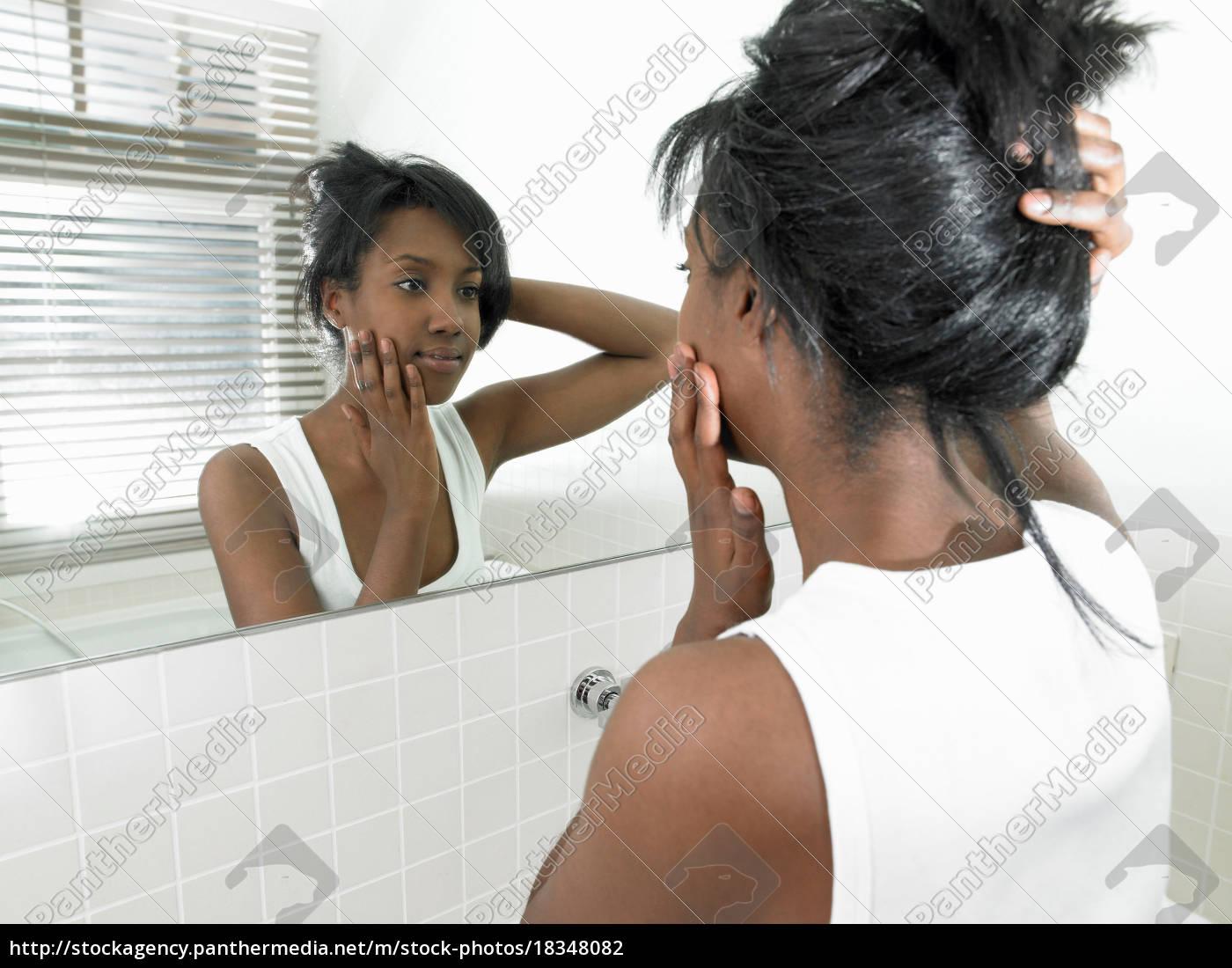 frau, im, badezimmer, blick, in, den, spiegel - 18348082