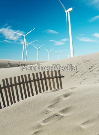 windkraftanlagen mit sandduenen