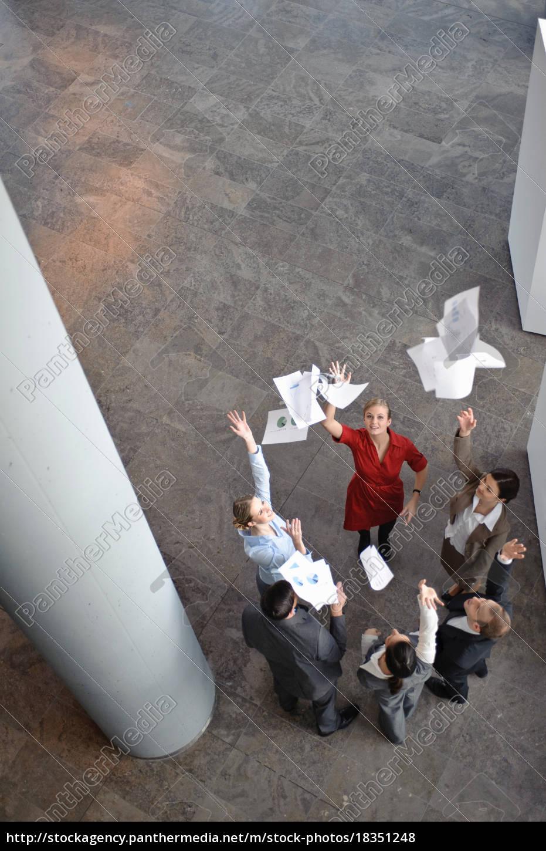 business-team, werfen, papiere, in, der, luft - 18351248