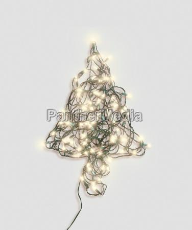 weihnachtsbaumform aus lichterketten gemacht