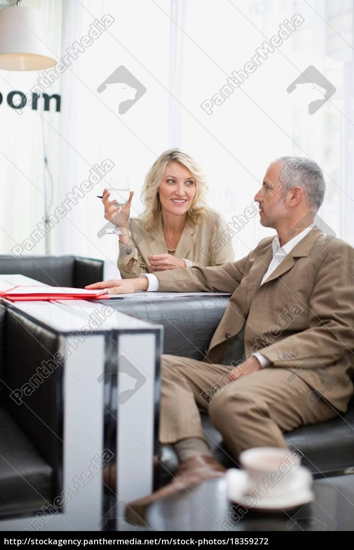 geschäftsleute, sprechen, im, lobbybereich - 18359272