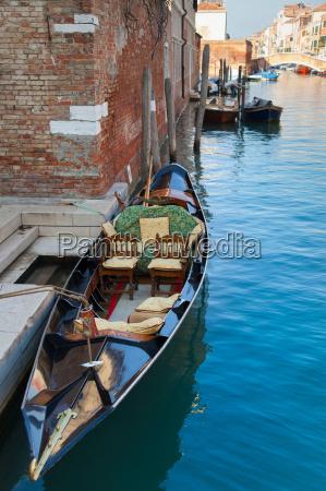 ruderboot an stadtkanal angedockt