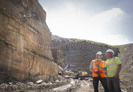 quarry arbeiter inspektion gesteinsschichten in steinbruch