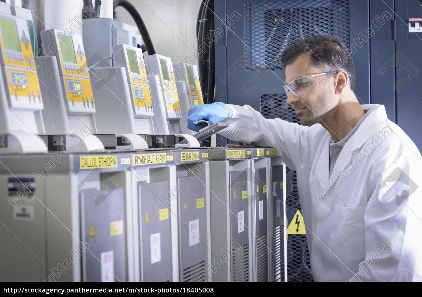 wissenschaftler, mit, lithium-ionen-batterie-aging-equipment, in, batterie-forschungseinrichtung - 18405008