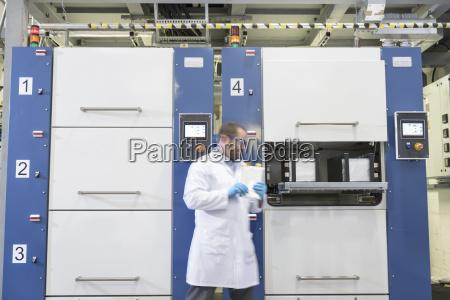 wissenschaftler, mit, lithium-ionen-beutelfabrik, in, batterieforschungseinrichtung - 18405020