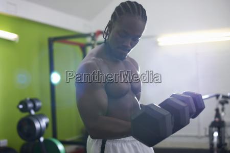 bodybuilder heben hantel in der turnhalle
