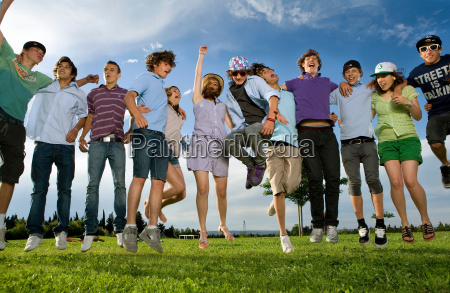 teen, gruppe, springen, im, park - 18417578