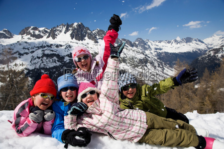 5 kids lying in the snow