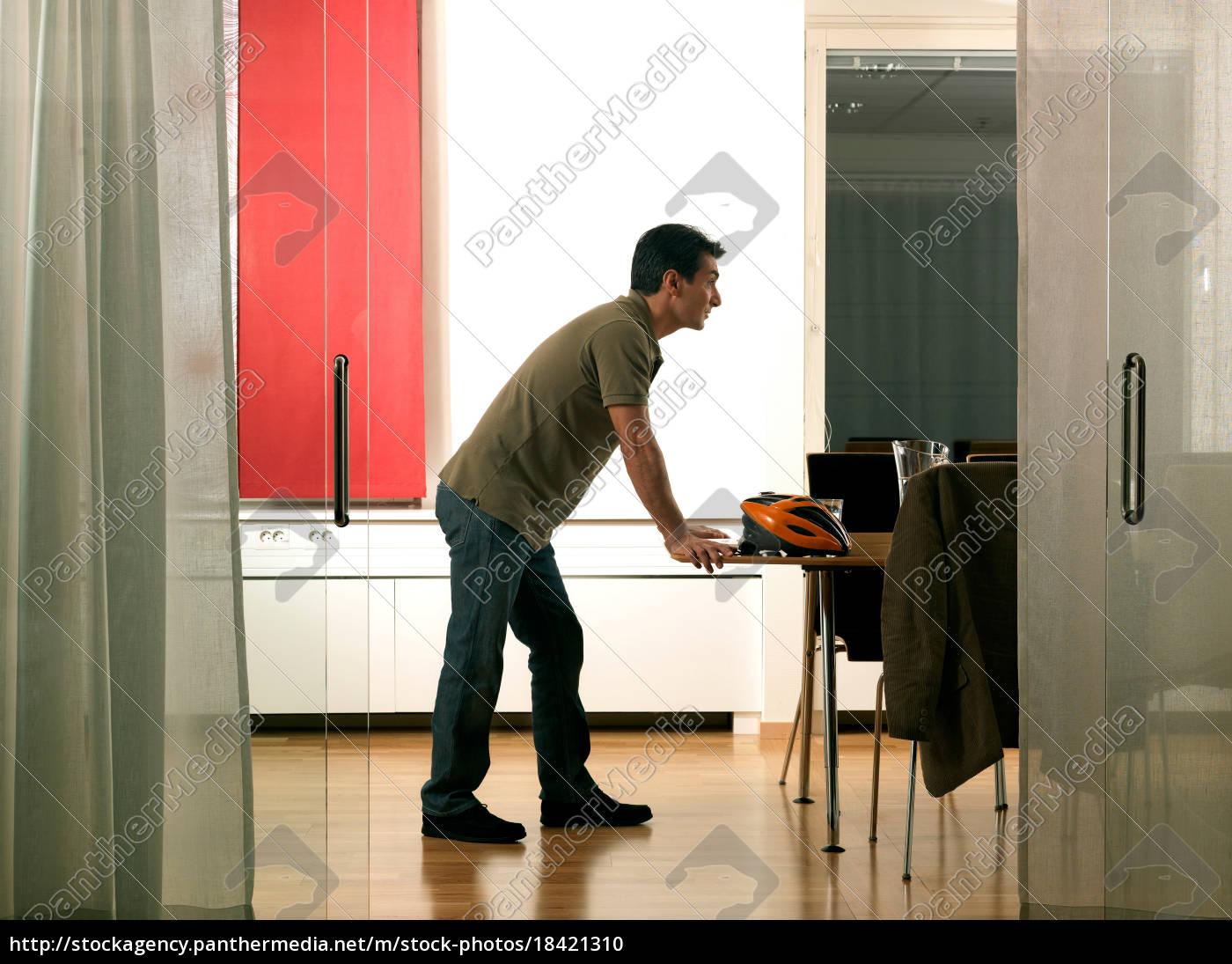 business-man-konferenztisch - 18421310