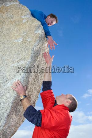 bergsteiger mit der hand zu kollegen