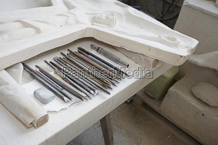 werkzeug religion arbeitsstaette skulptur pflaster handwerkszeug