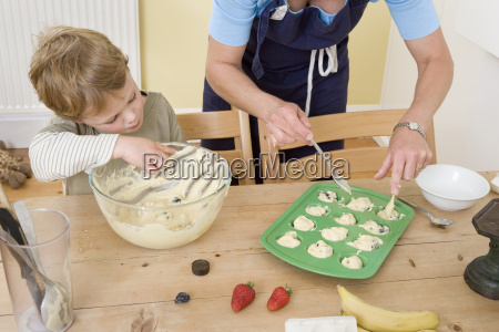 junge, und, mama, machen, obst, muffins - 18434612