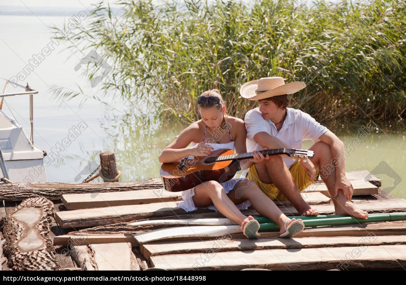 junges, paar, sitzt, zusammen, auf, steg - 18448998