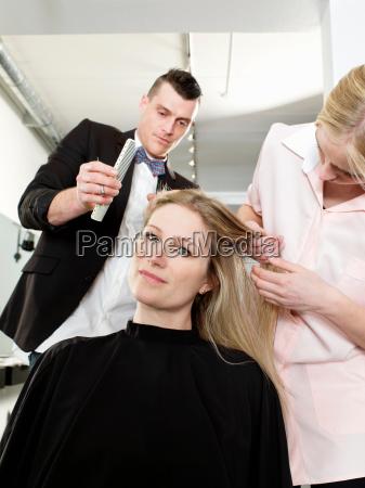 friseure pruefen frau haare