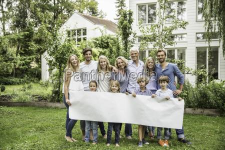 drei generationenfamilie im garten mit blankem