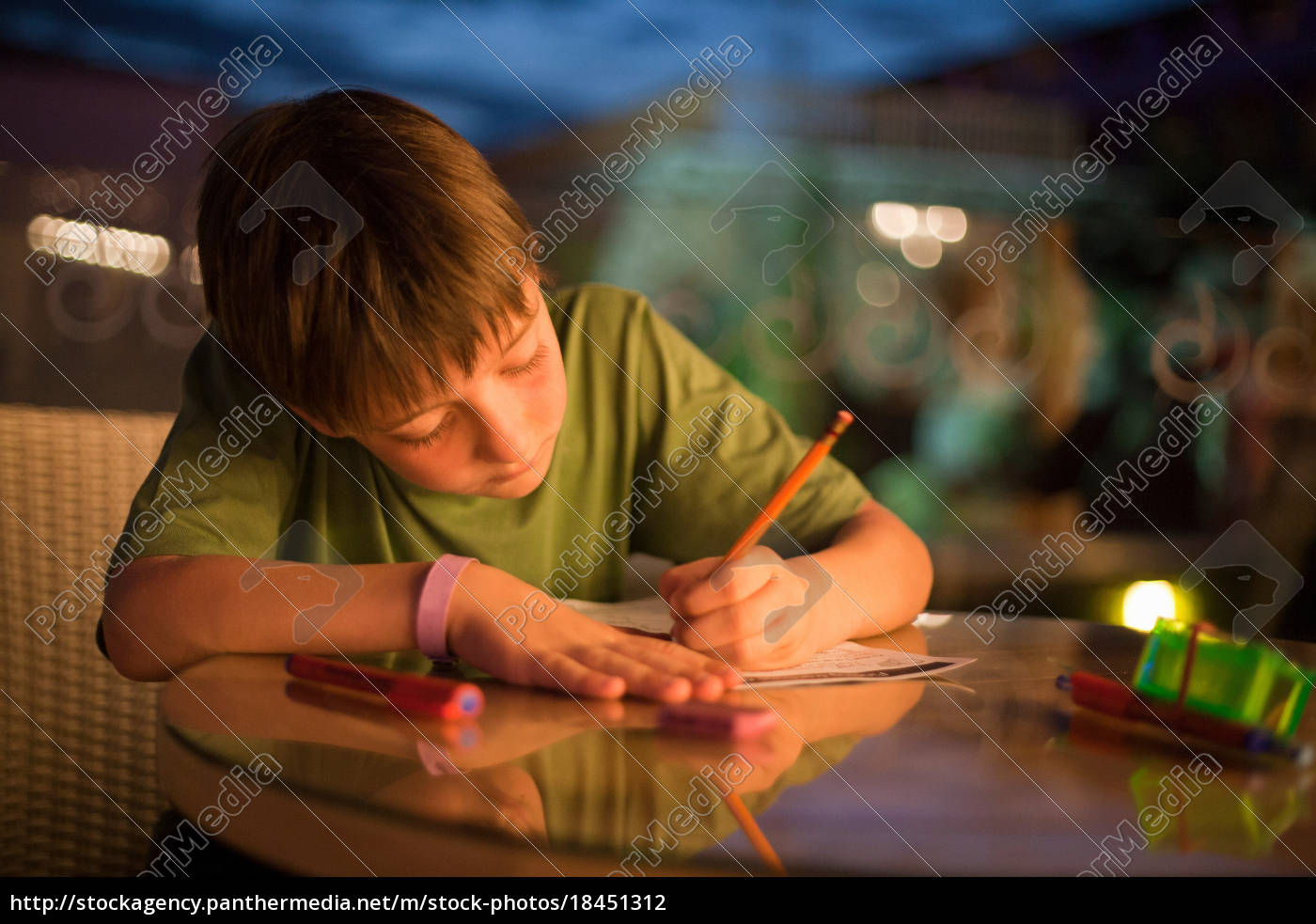 junge, konzentriert, sich, auf, das, schreiben - 18451312