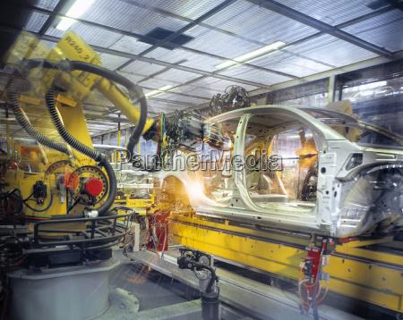 karosserie schweissroboter in der autofabrik
