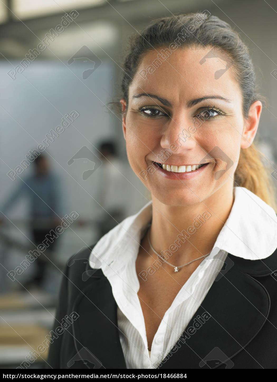 geschäftsfrau, die, in, einem, büro, arbeitet - 18466884