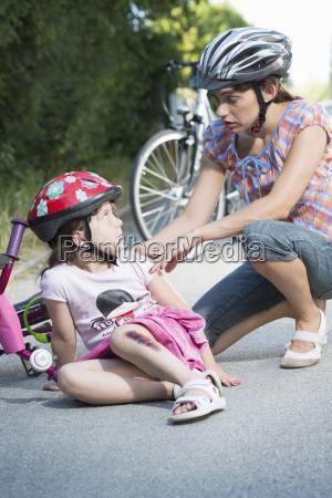 frau weiblich schmerz unfall transport transportieren