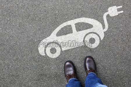 mann mensch elektro auto elektroauto fahrzeug