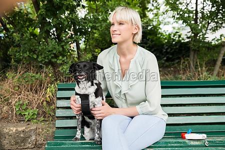 glueckliche frau die mit ihrem hund