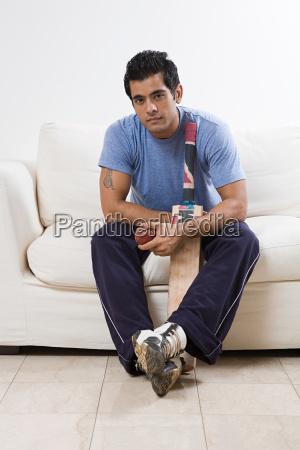 porträt, eines, mannes, der, einen, cricketschläger, hält - 18604542