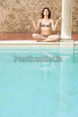 frau, meditiert, am, schwimmbad - 18614412