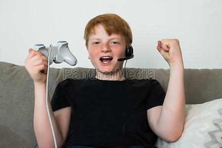 happy child spielt videospiele