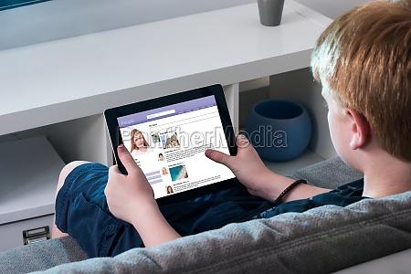 boy mit social networking site auf