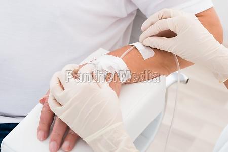 tropf in die hand des patienten