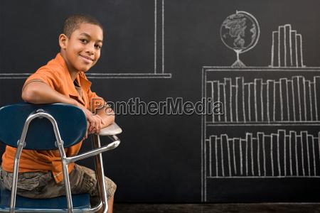 porträt, eines, jungen, saß, an, einem - 18637638
