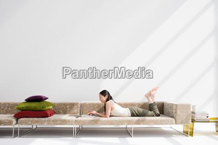 frau daheim zuhause freizeit entspannung weiblich