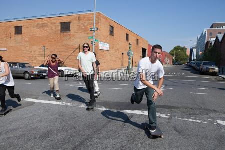 skateboarder, auf, der, urban, street - 18662468