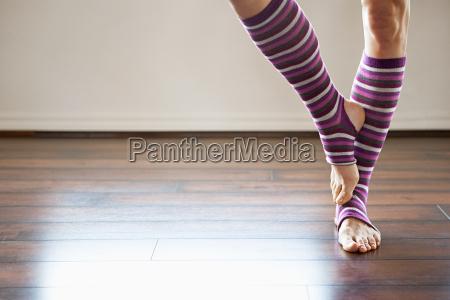 frau traegt stripey legwarmers stehend auf