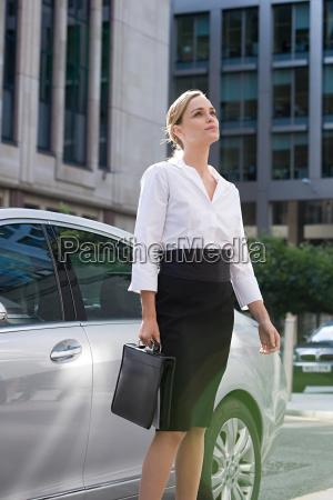 geschäftsfrau, steht, mit, dem, auto - 18667334