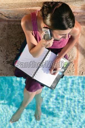 frau, nach, schwimmbad, mit, handy, und - 18703606