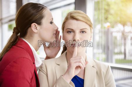 geschaeftsfrauen teilen geheimnisse