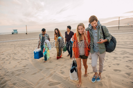 gruppe von freunden die am strand